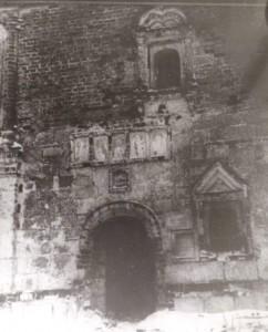 Илл. 13. Фрагмент южного фасада Пятницкого храма с белокаменным резным 5-тифигурным Деисусом над входом